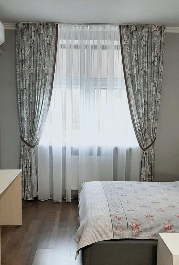 на фото шторы в спальню серого цвета