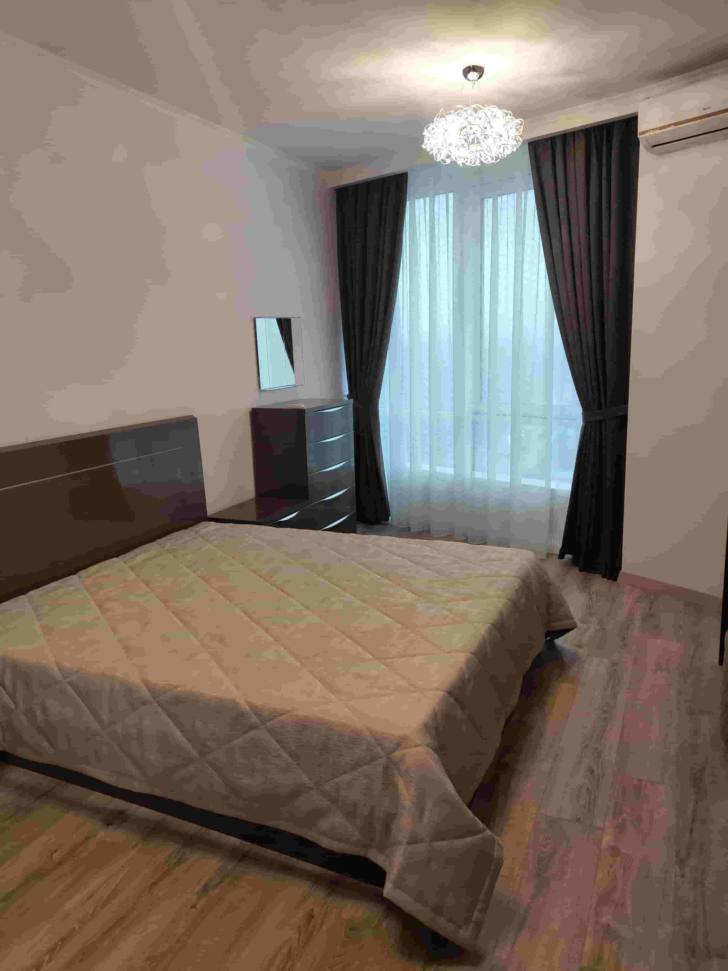 на фото шторы в спальню кофейного цвета