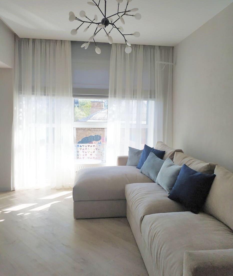 Прозрачные шторы в гостиной белого цвета
