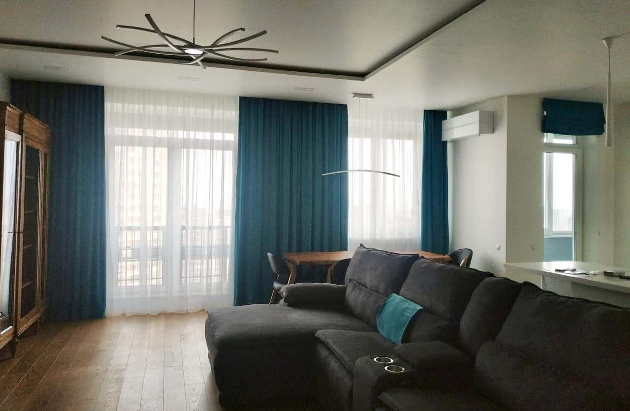 Тяжелые прямые шторы в гостинной комнате цвета морской волны