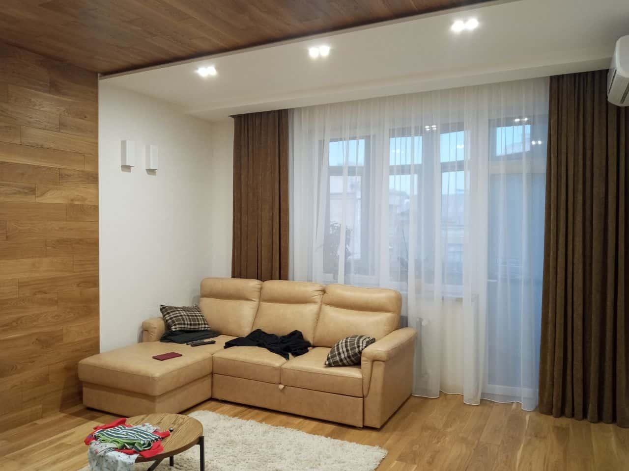Пример коричневых классических штор в гостинной