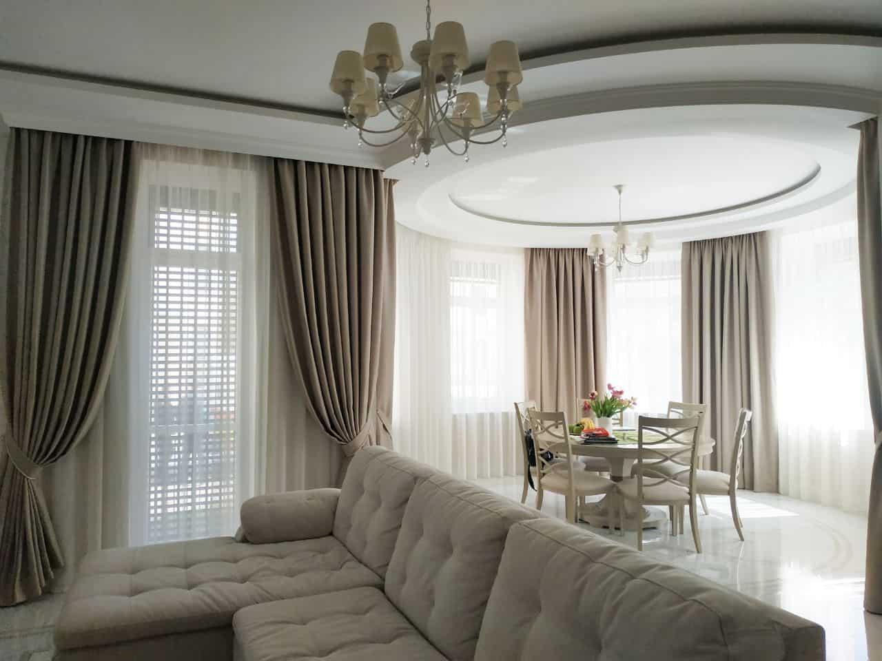 Пример классических плотных штор для гостинной цвета кофе с молоком